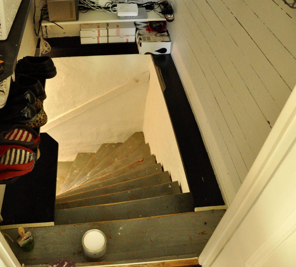 Original källartrappa från 30-talet, saknar trappbelysning.