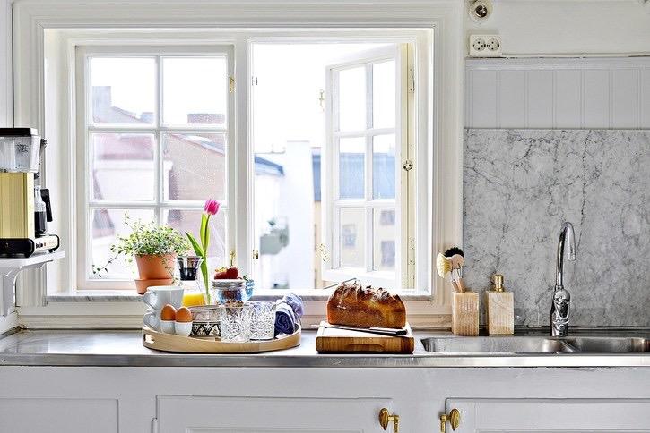 Inred med dagsljus hemma, utnyttja fönstren när du planerar din inredning. Disken kan till och med bli njutningsfull  med härligt utsikt.