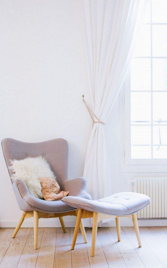 En fåtölj vid fönstret ger en underbar läshörna, som kan kompletteras med en golvlampa när mörkret faller på.