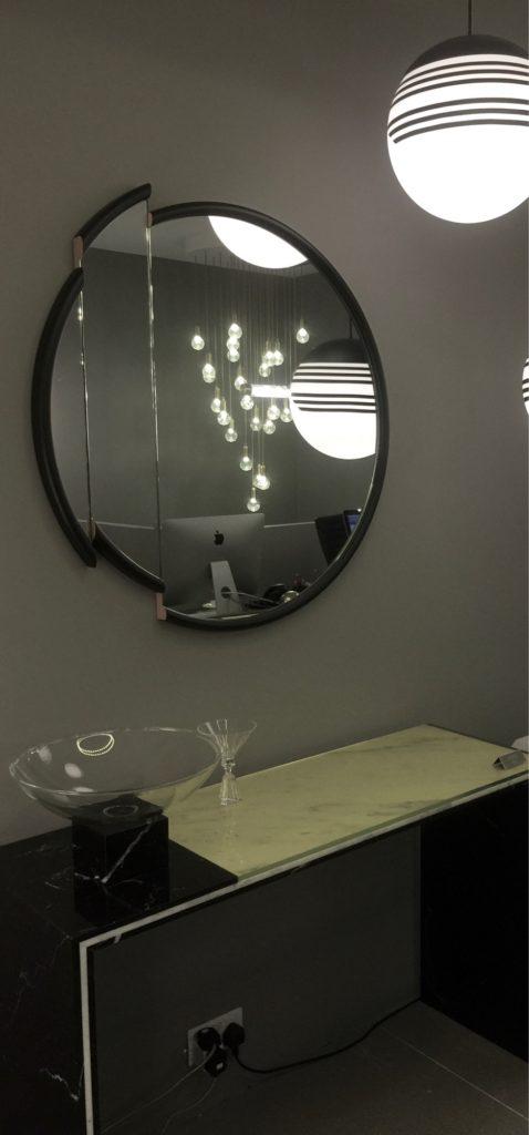 Speglar en illustration och  entrén känns större!